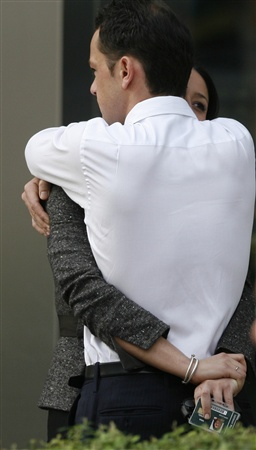 A Lehman Brothers employee (L) receives a hug outside the office of Lehman Brothers in the Canary Wharf district of London, September 15, 2008.   REUTERS/Andrew Winning