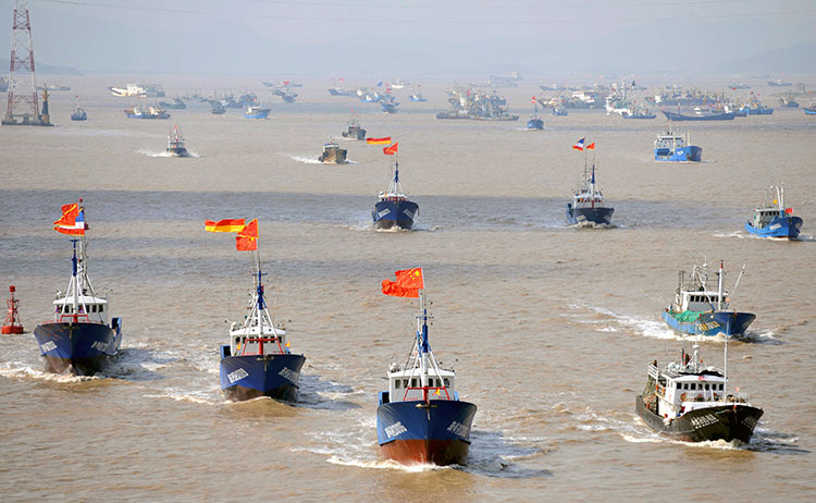 23f42fcf8 FIGHTING FISHERMEN: Harsh rhetoric from top Chinese military thinkers has  widespread public support. Here, a flotilla of Chinese fishing boats steams  toward ...