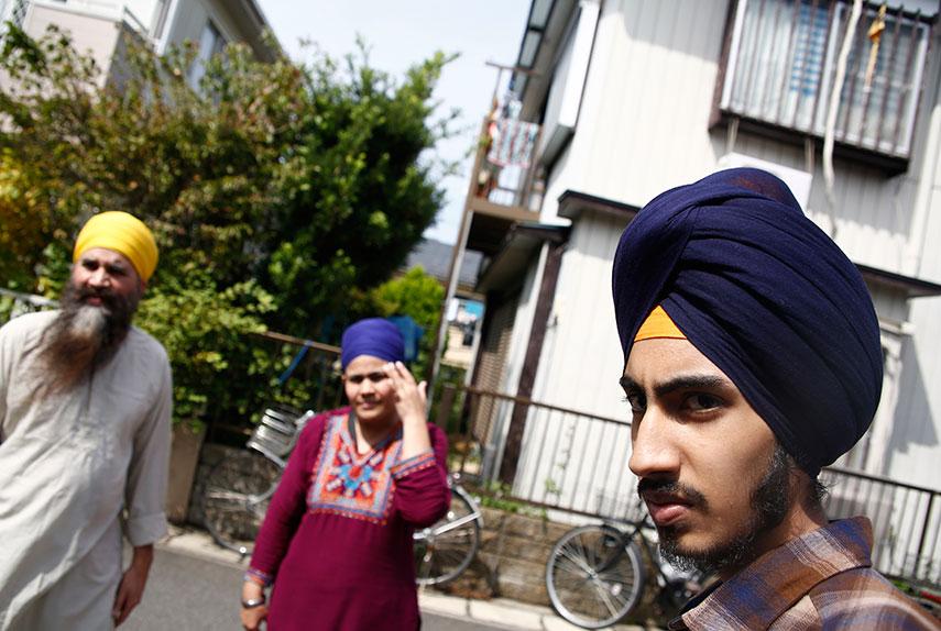 グルセイワク(右)と両親。一家が出した難民申請は4回とも不認定とされた。千葉県松戸市の自宅前で9月撮影(2016年 ロイター/Kim Kyung-Hoon)