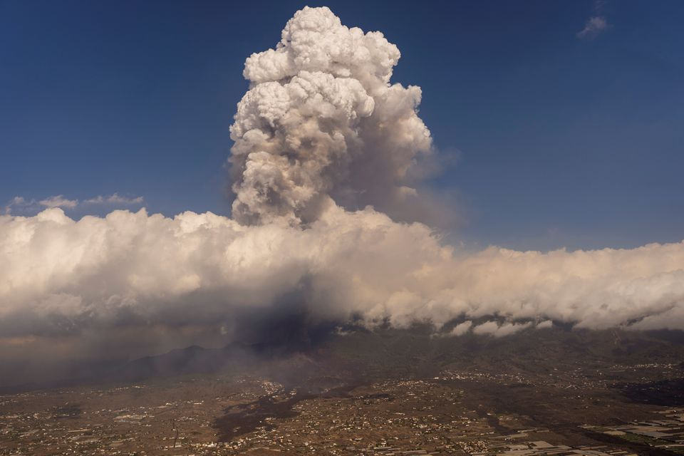 Firefighters Retreat as volcanic explosionsVolcanic Explosions Increase in Spanish Island of La Palma