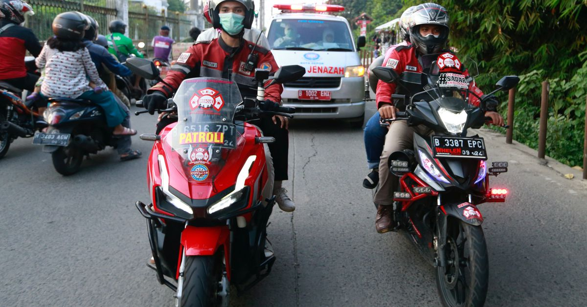 'Call of duty': Indonesian bikers brave COVID-19 surge to escort ambulances - Reuters