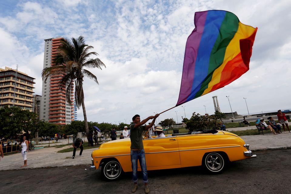 Ein Teilnehmer schwenkt eine Regenbogenfahne während des jährlichen Marsches gegen Homophobie in Havanna, 13. Mai 2017 | Bildquelle: https://t1p.de/c492 © REUTERS/Stringer | Bilder sind in der Regel urheberrechtlich geschützt